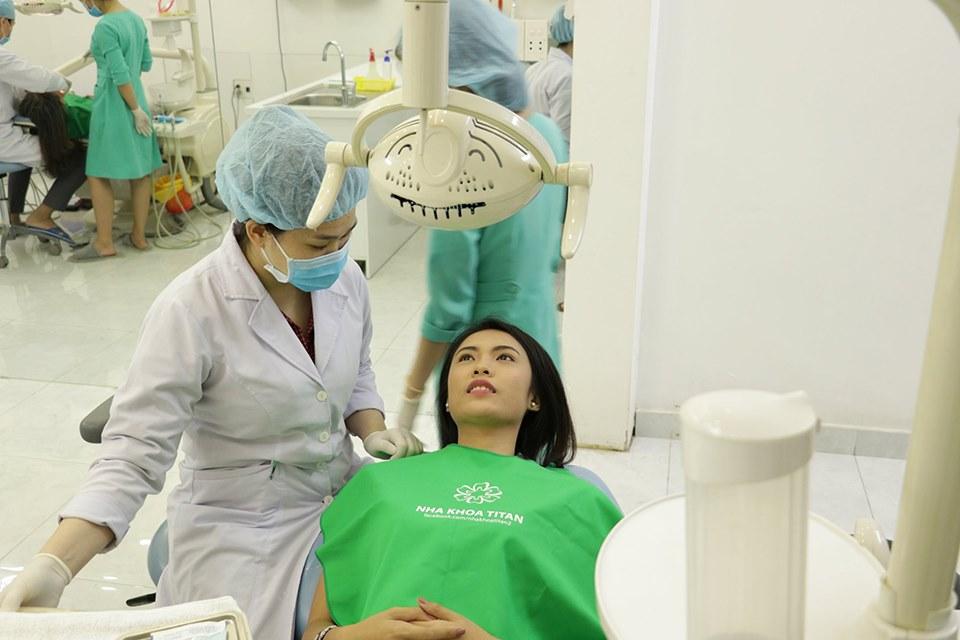 Diễn viên Kiều Khanh Tẩy trắng răng.